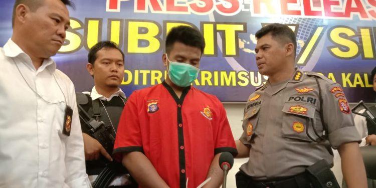 Kabid Humas Polda Kalteng Kombes Pol Hendra Rochmawan saat memperlihatkan tersangka ketika digelar press release di Mapolres Kalteng Senin (24/2/2020).