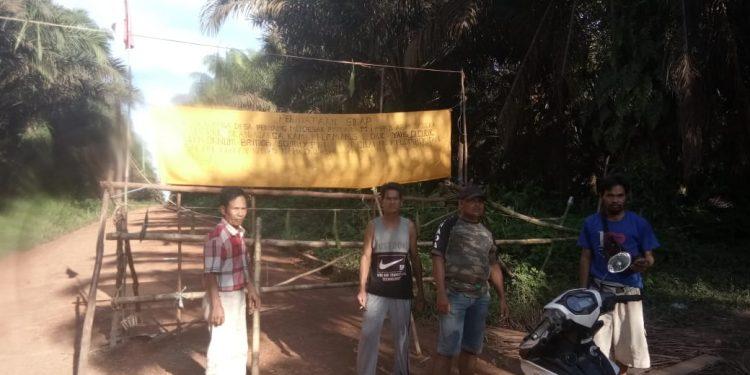 Warga Desa Penyang Memortal Jalan untuk menuntut hak pada PT HMBP.