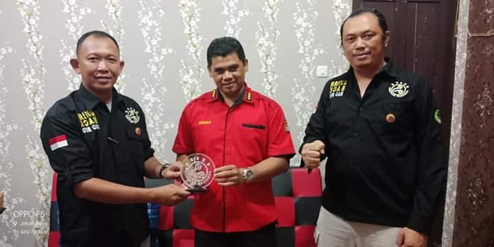 Kabid Humas Polda Kalteng Kombes Pol Hendra Rochmawan saat menerima cinderamata.