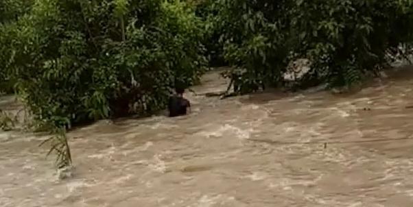 Pengendara motor saat hanyut terseret arus deras saat terjadi banjir luapan air sungai Senin (24/2).