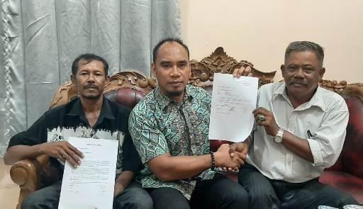 Eman saat memperlihatkan surat bukti pemecatan dirinya yang dikeluarkan pihak perusahaan di Kantor DPRD Kotim Selasa (25/2/2020).