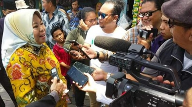 Bupati Kobar Hj Nurhidayah saat memberikan keterangan kepada awak media.