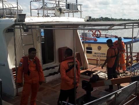 Petugas Basarnas Pos Sampit saat bersiap untuk merapat ke Mentaya Hulu melakukan pencarian dua korban tenggelam di Kuayan Rabu (26/2).