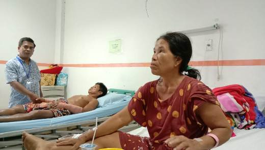 Kedua korban saat menjalani perawatan akibat serangan beruang di RSUD Doris Sylvanus Palangka Raya Rabu (26/2).