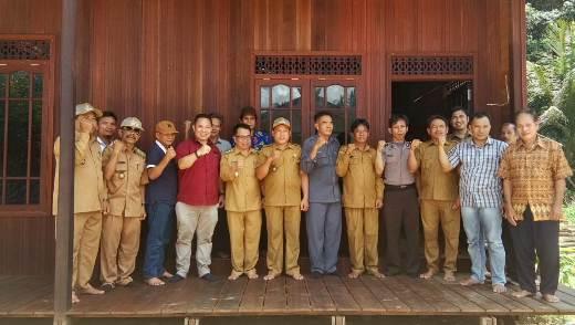 Ketua DPRD Mura Doni SP M.Si saat poto bersama aparatur kecamatan dan desa serta masyarakat baru-baru ini.