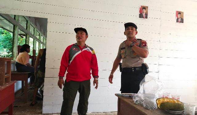 Camat Murung Banjang Jalin saat turun langsung merehab SDN 1 Desa Dirung, Selasa (25/2/2020).