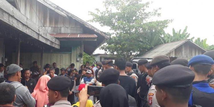 Aparat kepolisian saat mengamankan jalannya eksekusi yang sempat terjadi perlawanan dari tergugat Kamis (27/2/2020).