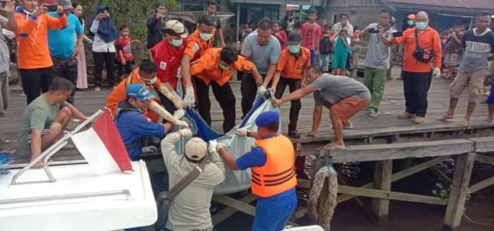 Petugas gabungan baik dari Satpolair Polres Kobar, dan Basarnas serta BPBD Kobar saat mengevakuasi jasad korban seusai ditemukan Kamis (27/2).