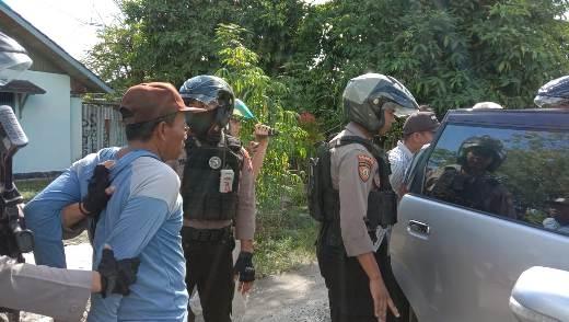 Pelaku saat diamankan anggota Ditsabhara Polda Kalteng seusai berjudi Kamis (27/2) sore.