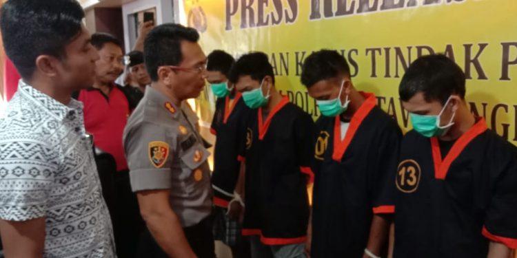Kapolres Kobar AKBP E Dharma B Ginting saat mengintrogasi para pelaku di Mapolres Kobar Jumat (28/2/2020).