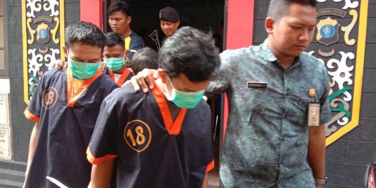Pelaku saat digiring anggota Satreskrim Polres Kobar Jumat (28/2).