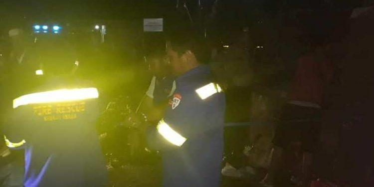 Anggota Balakar Kapuas saat mengevakuasi bayi yang sudah tak bernyawa dari TPS Sabtu (16/2/2020) malam.