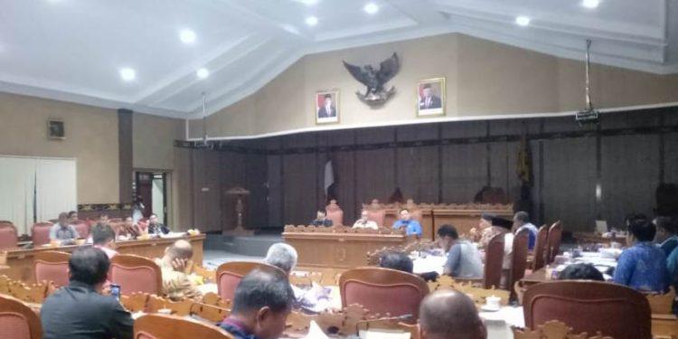 DPRD Kotim saat menggelar RDP dengan pihak Yayasan Lintas Agama Jumat (7/2/2020).