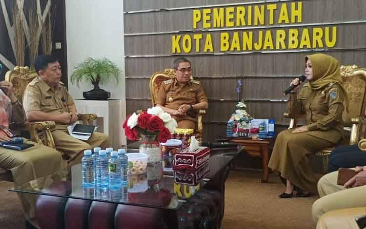 Wabup Seruyan Hj Iswanti saat berdialog dengan Wakil Wali Kota Banjarbaru Darmawan Jaya, Senin (3/2).