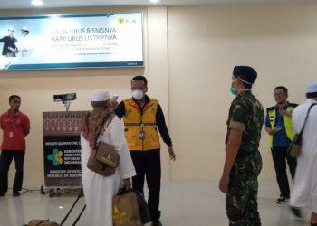 DIPERIKSA KESEHATAN - Sejumlah jamaah Umroh asal Kobar yang dipulangkan terkait Corvid-19 diperiksa kesehatannya di Bandara Iskandar, Pangkalan Bun. Foto : Yusboob
