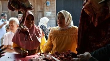 Bupati Kobar Hj Nurhidayah saat mencej harga sembako di pasar di Pangkalan Bun, Jumat (27/3/2020). Foto : Yus