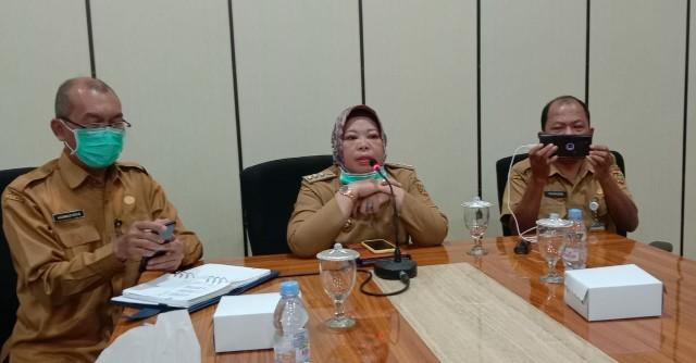 Bupati Kobar Hj Nurhidayah bersama Kadis Kesehatan Achmad Rais dan Direktur RSSI Pangkalan Bun, dr fakhrudin saat konferensi pers, Selasa (24/3/2020) sore. Foto : yus