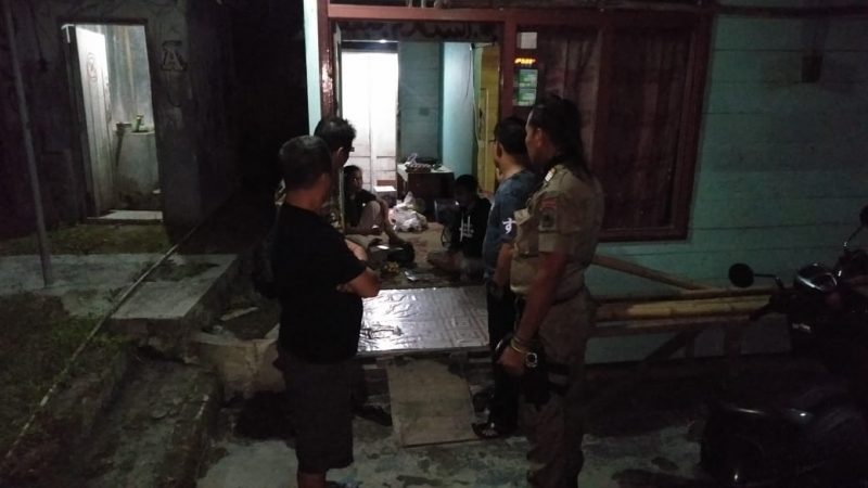 DIGEREBEK - Dua orang  warga bukan pasangan suami istri yang kedapatan berduan di dalam barak di Jalan Hasanudin Kelurahan Mendawai, Kabupaten Kobar digerebek warga, Sabtu (21/3/2020). Foto : yus
