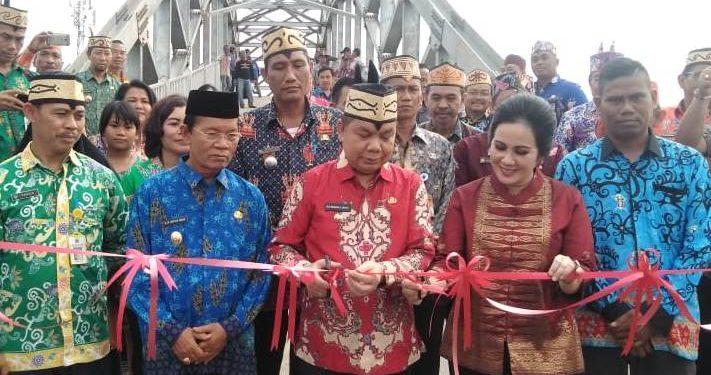Bupati Kapuas Ben Brahim S Bahat saat meresmikan jembatan Desa Sare Pulau Kecamatan Bataguh didampingi istri Kamis (12/3) lalu.
