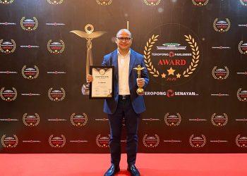Anggota DPR RI, H Mukhtarudin menerima penghargaan Inspiring Journey dalam ajang Parlemen Award 2020, Senin (16/3/2020). Foto : Ist