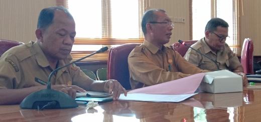 Juru Bicara Penanganan Covid-19 Kabupaten Kobar, Achmad Rois, saat memberikan keterangan pers, Kamis (26/3/2020). Foto : yus