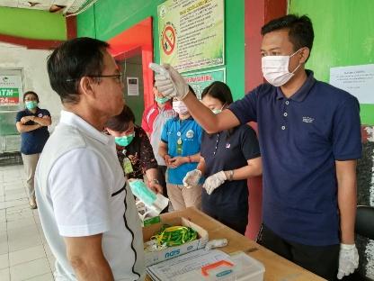 Bupati Katingan, Sakariyas tak luput dari screning dan mengunakan masker saat meninjau kesiapan pihak RSUD Mas Amsyar Kasongan. Foto : MI