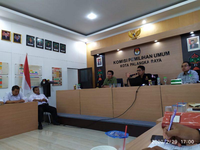 BERIKAN PENGARAHAN -- Komisioner KPU Kalteng, Wawan Wiraatmaja, saat memberikan pengarahan dalam Bimtek PPK se-Kota Palangka Raya, Sabtu (29/2) lalu : FOTO : HAR