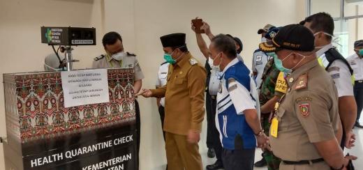 Wabup Kobar Ahmadi Riansyah memantau di Bandara Iskandar Pangkalan Bun, Senin (30/3/2020). Foto : yus
