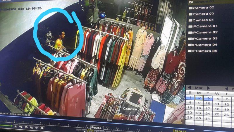 Pelaku saat terekam CCTV Senin (2/3) malam.