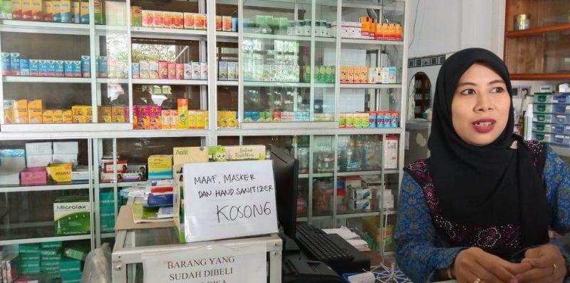 Salah satu apotek yang sudah kehabisan masker saat dipoto Rabu (4/3/2020).