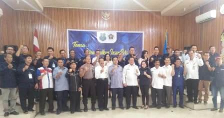 Asisten II Setda Kapuas Masrani saat poto bersama pengurus PWI dan anggota serta pengurus PWI Kalteng Rabu (11/3).