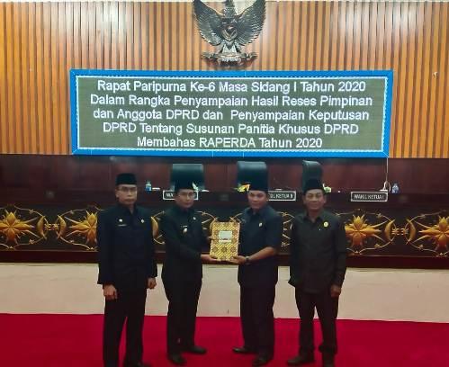 Penyerahan hasil reses pimpinan dan anggota DPRD Mura pada rapat paripurna ke 6 masa sidang ke 1 tahun 2020, Kamis (12/3/2020).