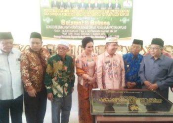 Bupati Kapuas Ben Brahim S Bahat didamping istri saat meresmikan Kantor MUI Kapuas belum lama ini.