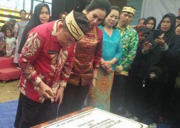 Bupati Kapuas Ben Brahim S Barat didampingi istri saat meresmikan jembatan Sare Pulau Kecamatan Bataguh belum lama ini.