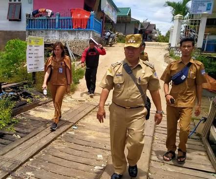 Camat Murung Banjang Jalin bersama jajarannya saat menggelar monitoring ke sejumlah desa baru-baru ini.