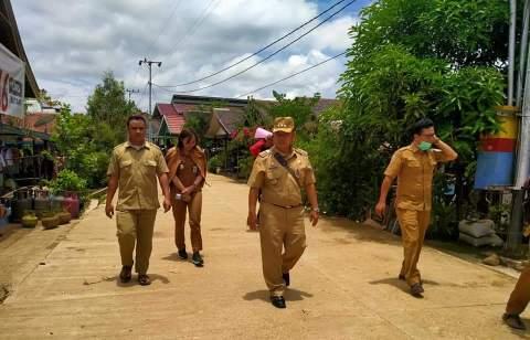 Camat Murung Banjang Jalin saat meninjau desa ketika menggelar monitoring belum lama ini.