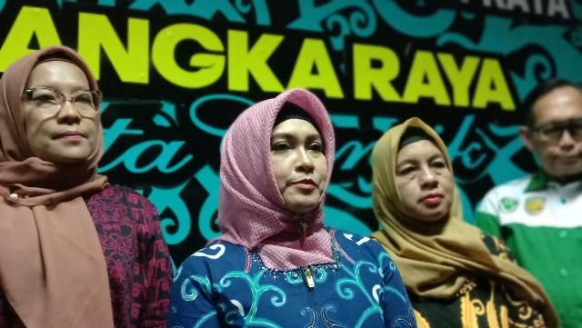 Wali Kota Palangka Raya Umi Mastikah saat memberikan keterangan kepada awak media.