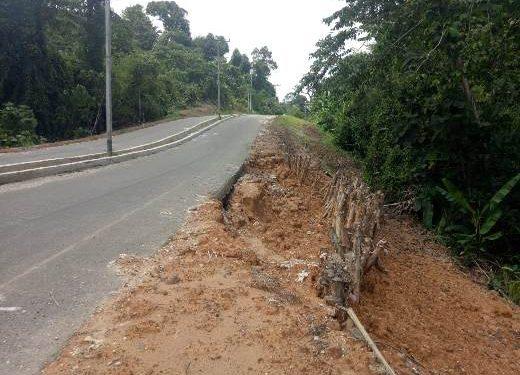 Ruas jalan menuju Bandara Baru Muara Teweh rawan longsor.