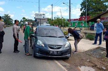 Tim Satgas saat memeriksa pengendara di wilayah perbatasan Minggu (22/3).