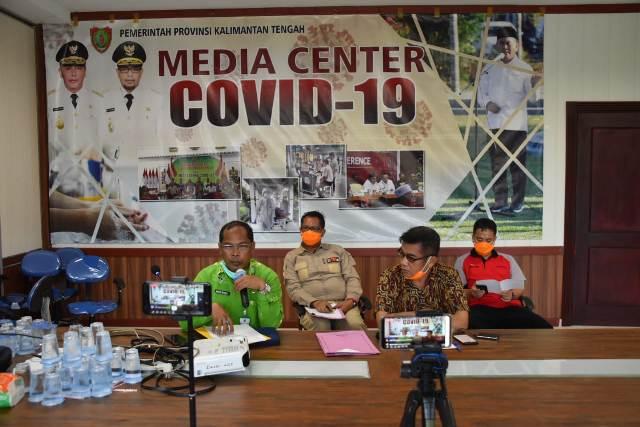 Wakil Ketua Gugus Tugas Covid-19 Kalteng Suyuti Syamsul saat memberikan keterangan terkait penambahan jumlah penderita positif terpapar virus corona di Kalteng Kamis (26/3).