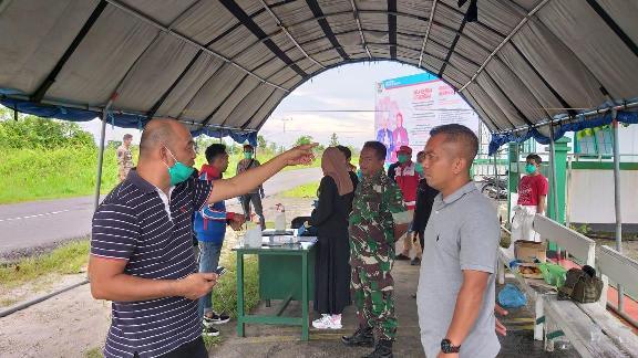 Ketua DPRD Seruyan Zuli Eko Prasetyo saat meninjau Posko Pengawasan Covid-19 Minggu (29/3).
