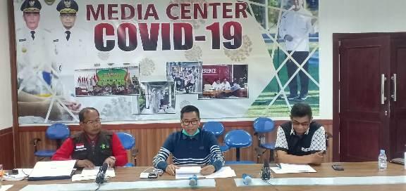 Ketua Tim Gugus Tugas Kalteng Leonard S Ampung saat memberikan keterangan resmi terkait perbedaan data Minggu (29/3).