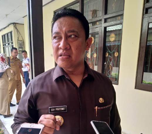 Bupati Pulang Pisau Edy Pratowo saat diwawancarai awak media.