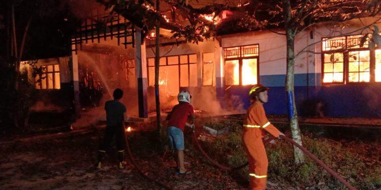 Kebakaran Laboratorium Kehutanan UPR diduga akibat arus pendek listrik (Korsleting), Minggu (16/3) malam. Foto : am