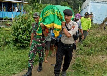 Anggota TNI-Polri turut membantu mengantarkan jenasah di Kecamatan Marikit, Jumat (6/3/2020). Foto : MI