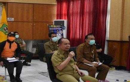 Bupati Kapuas Ben Brahim saat mengikuti video teleconference dengan Gubernur Kalteng belum lama ini.