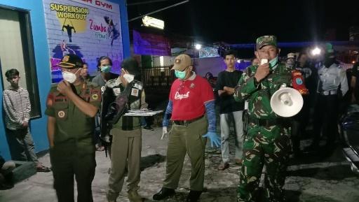 Tim gabungan membubarkan warnet dan kerumunan orang banyak di Palangka Raya, Minggu (29/3/2020). Foto : am