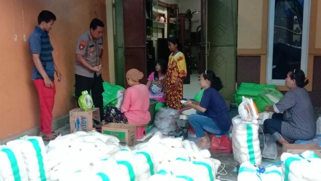 Ditsamapta Polda Kalimantan Tengah menemukan 17 Ton Gula Pasir didua rumah di Jalan Sapan Kota Palangka Raya, Senin (23/3/2020) sore. Foto : am