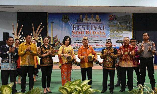 IST- Bupati Kapuas Ben Brahim didampingi istri dan unsur FKPD Kapuas saat membuka secara resmi festival seni budaya TMPT Minggu (8/3).