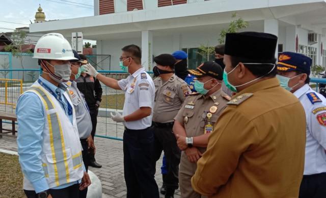 GM Pelindo III Kumai saat berbincang dengan Wabup Kobar, Ahmadi Riansyah, Senin (30/3/2020). Foto : yus